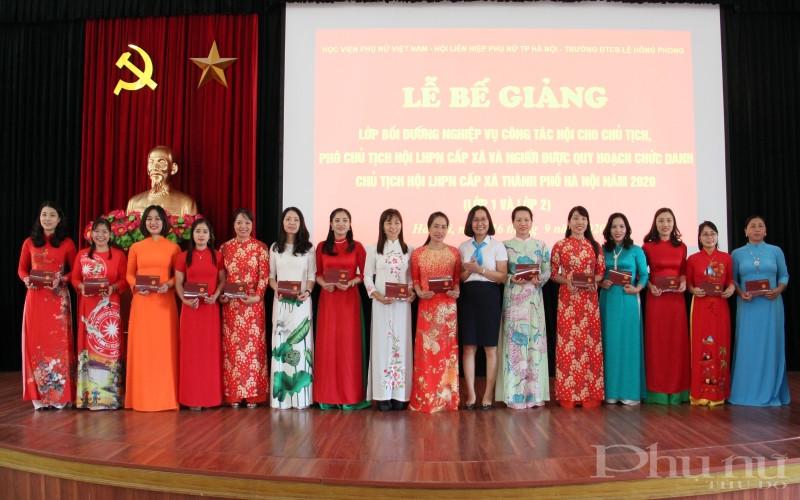 Các học viên nhận chứng chỉ hoàn thành khóa bồi dưỡng nghiệp vụ công tác Hội tại trường đào tạo cán bộ Lê Hồng Phong.