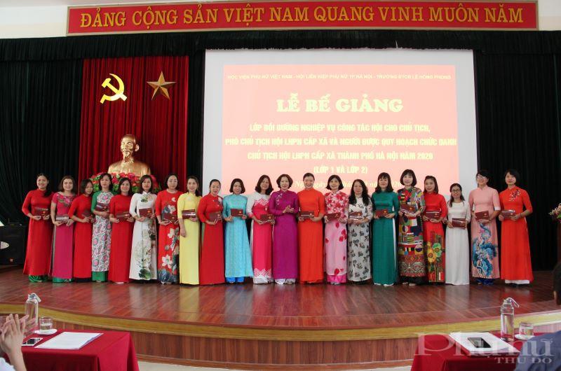 Chủ tịch Hội LHPN Hà Nội Lê Kim Anh trao chứng nhận hoàn thành khóa bồi dưỡng nghiệp vụ cho các cán bộ Hội Phụ nữ.