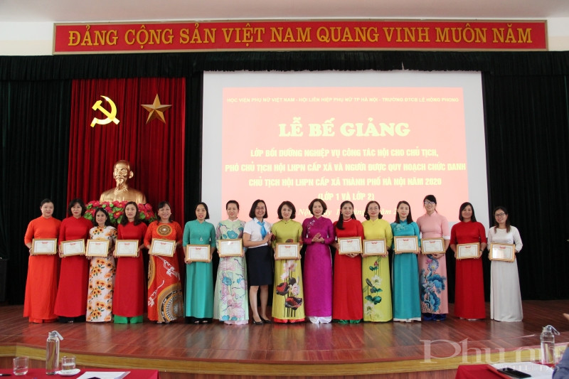 Đồng chí Lương Thị Thủy - Phó trưởng Ban tổ chức, TƯ Hội LHPN Việt Nam và đồng chí Lê Kim Anh - Chủ tịch Hội LHPN Hà Nội trao giấy khen cho 14 học viên có thành tích rèn luyện, học tập xuất sắc tại khóa đào tạo.