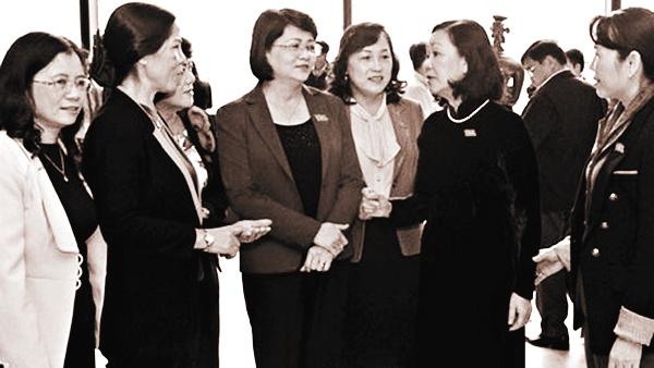 Những nữ đại biểu Quốc hội giải lao trong kỳ họp (ảnh int)