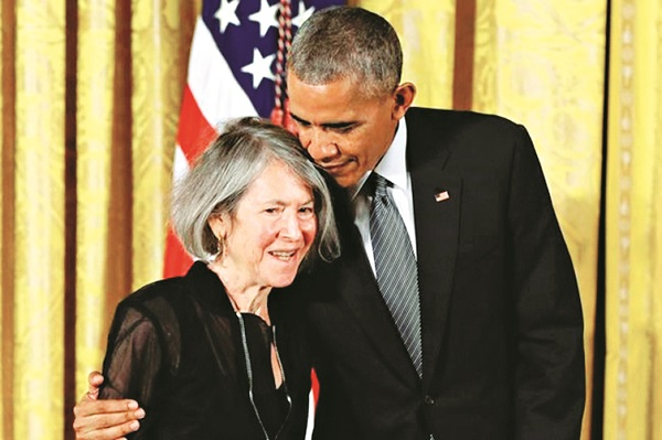 Năm 2015, Louise Glück được  Barack Obama - Tổng thống Mỹ khi đó - trao Huân chương quốc gia  về nghệ thuật và nhân văn  tại Nhà Trắng. Ảnh: AP.