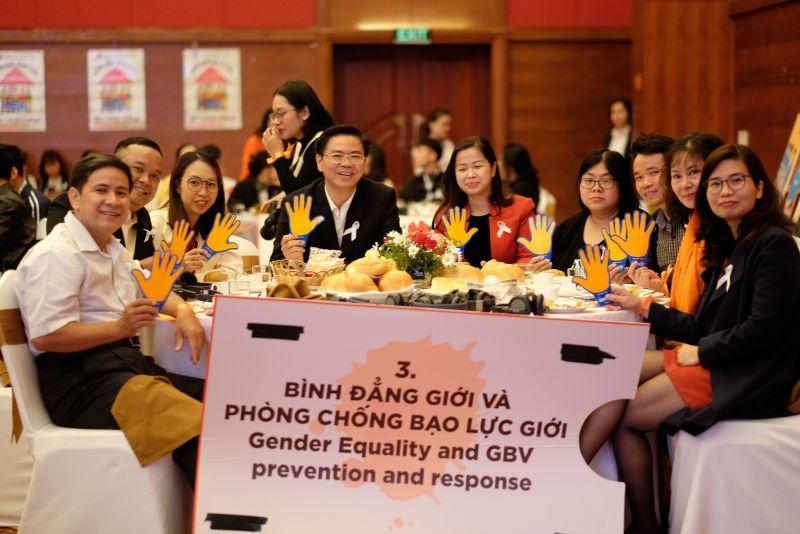 Các khách mời cùng nhau thảo luận tìm giải pháp cải thiện cơ chế phối hợp liên ngành trong ứng phó với bạo lực đối với phụ nữ di cư.