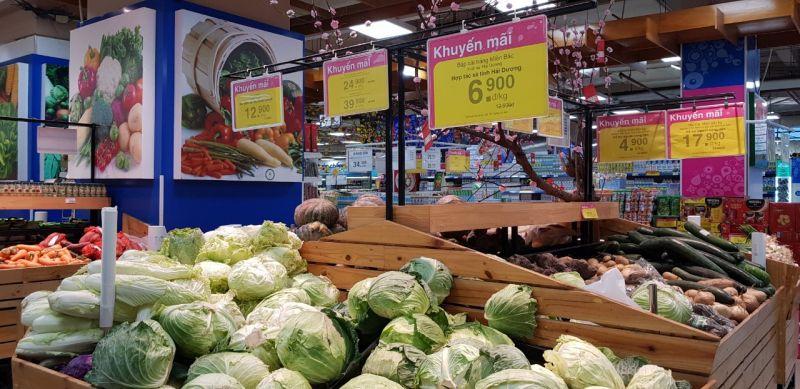Hàng hóa đầy đủ trên các kệ siêu thị cũng như tại các chợ dân sinh