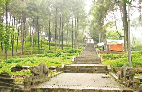 Bậc đá đường lên chùa Trăm Gian