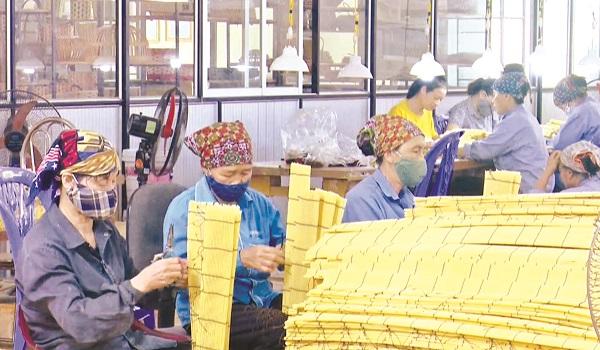 Người dân xã Tiên Phương làm nghề thủ công