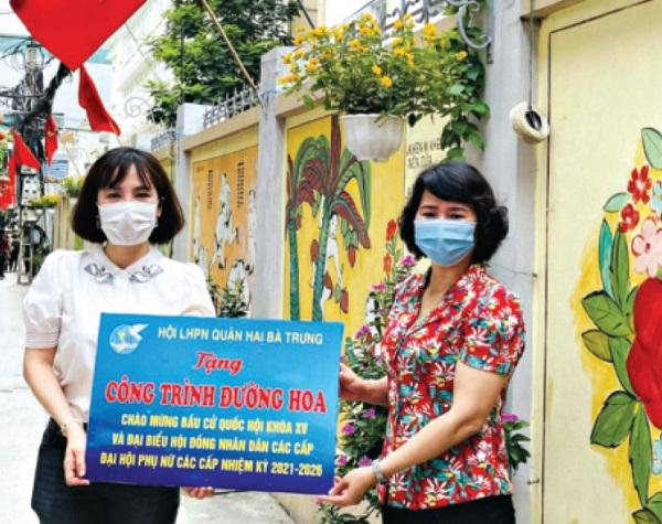 Hội LHPN quận Hai Bà Trưng gắn biển công trình tuyến đường nở hoa của Hội LHPN phường Quỳnh Lôi