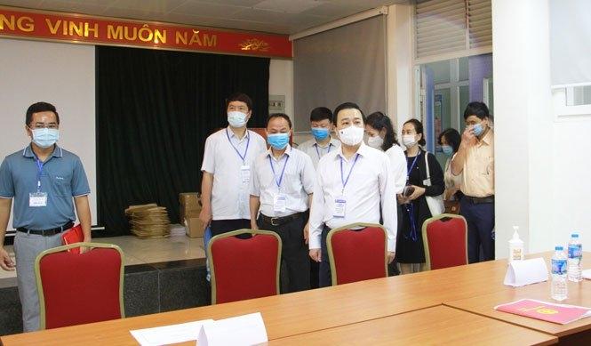 Phó Chủ tịch UBND TP Chử Xuân Dũng kiểm tra tại trường THPT chuyên Nguyễn Huệ (quận Hà Đông)