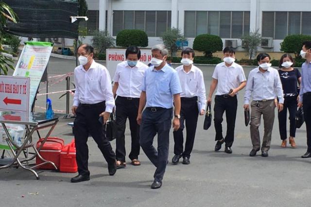 Thứ trưởng Nguyễn Trường Sơn cùng Đoàn công tác của Bộ Y tế đã đến làm việc với Bệnh viện Bệnh Nhiệt Đới.
