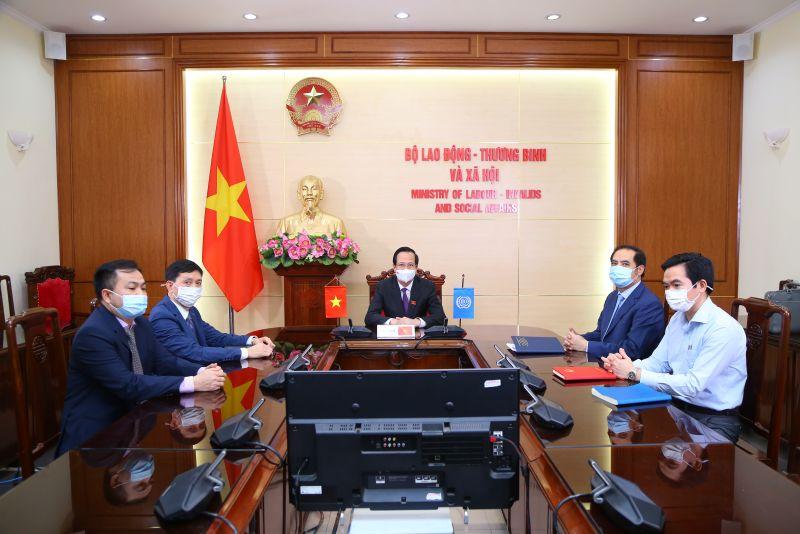 Bộ trưởng Đào Ngọc Dung và lãnh đạo các đơn vị tại diểm cầu Hà Nội