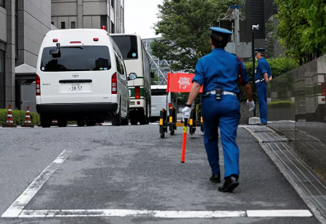Xe buýt chở các bị cáo bị cáo buộc tổ chức cuộc chạy trốn cho cựu lãnh đạo Nissan bên ngoài tòa án ở Tokyo.