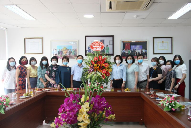 Đồng chí Phạm Thanh Học và đoàn công tác Ban Tuyên giáo Thành ủy Hà Nội tặng hoa chúc mừng báo Phụ nữ Thủ đô nhân ngày Báo chí Cách mạng Việt Nam.
