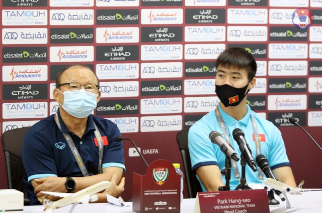 HLV Park Hang-seo và cầu thủ Đỗ Duy Mạnh tại họp báo trước trận đấu. Ảnh: VFF
