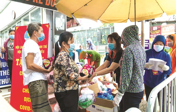 Hội LHPN xã Tân Triều tặng quà cho các gia đình bệnh nhân tại viện K3 Tân Triều