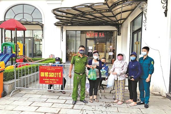 Cán bộ Hội Phụ nữ quận Hoàng Mai tặng quà các chốt trực.