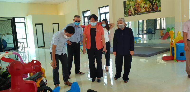 Sơ Nguyễn Thị Hồng Vân (áo đen) giới thiệu cho đoàn về  phòng sinh hoạt của Trung tâm