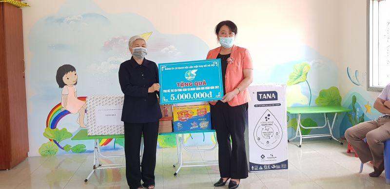 Đồng chí Nguyễn Thị Thu Thủy tặng quà cho các  sơ  và  các cháu ở Trung tâm