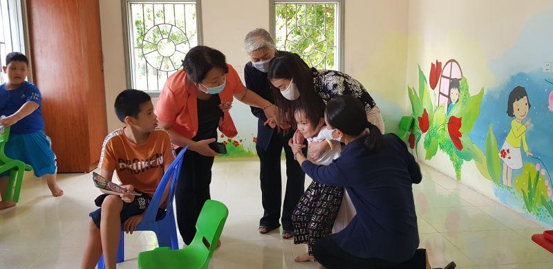 Đồng chí Nguyễn Thị Thu Thủy thăm hỏi các cháu