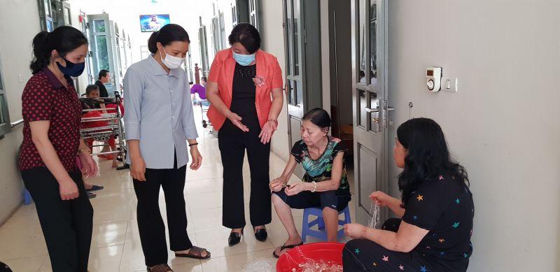 Đồng chí Nguyễn Thị Thu Thủy hỏi thăm về việc làm của người già sống tại Mái ấm