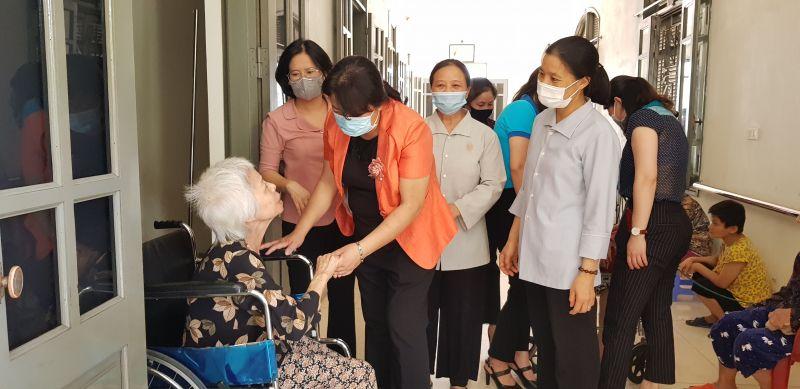 Các đồng chí thăm hỏi người già đang được nuôi dưỡng ở Mái ấm