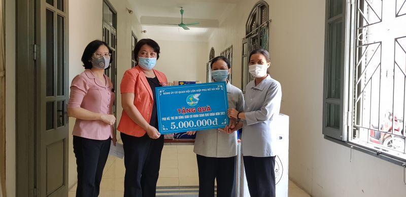 Đồng chí Nguyễn Thị Thu Thủy trao quà tặng các sơ và người gigaf