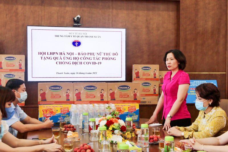 Bà Lê Kim Anh - Chủ tịch Hội LHPN TP Hà Nội ghi nhận sự vất vả và cảm ơn những nỗ lực đóng góp, hi sinh thầm lặng của các cán bộ, bác sỹ, nhân viên Trung tâm y tế quận Thanh Xuân trong phòng chống dịch bệnh Covid-19