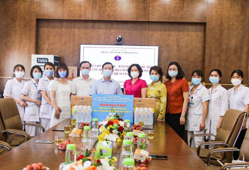 Bà Lê Kim Anh, Chủ tịch Hội LHPN TP Hà Nội và bà Lê Quỳnh Trang, Tổng Biên tập Báo Phụ nữ Thủ đô tặng quà cho các y bác sỹ Trung tâm y tế quận Thanh Xuân