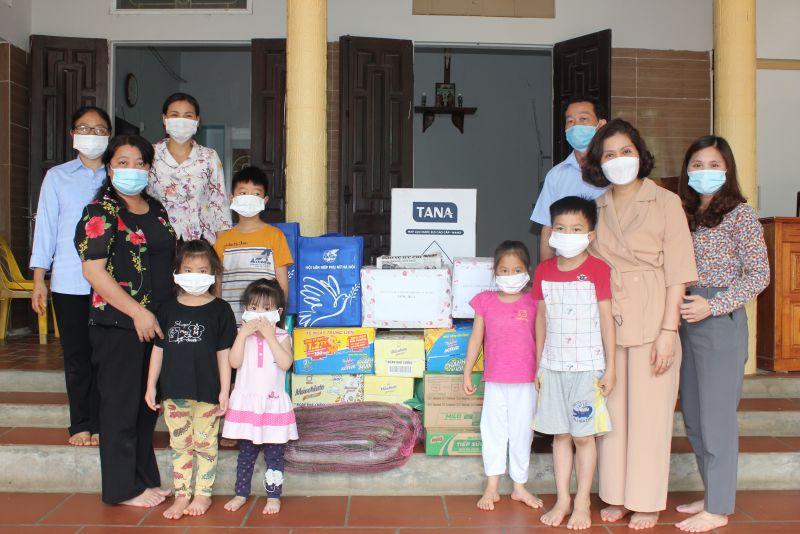 Đoàn công tác của Đảng ủy Hội LHPN Hà Nội trao tặng quà cho các sơ và các cháu nhỏ tại mái ấm Thiên Ân, xã Tân Xá, huyện Thạch Thất