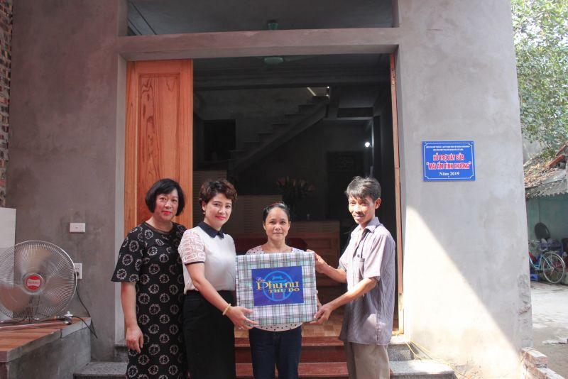 Bà Lê Quỳnh Trang, TBT báo PNTD (thứ 2 từ trái qua) bàn giao Mái ấm tình thương cho gia đình bà Quách Thị Tâm, phường Liên Mạc, quận Bắc Từ Liêm. (Ảnh Quỳnh Anh)