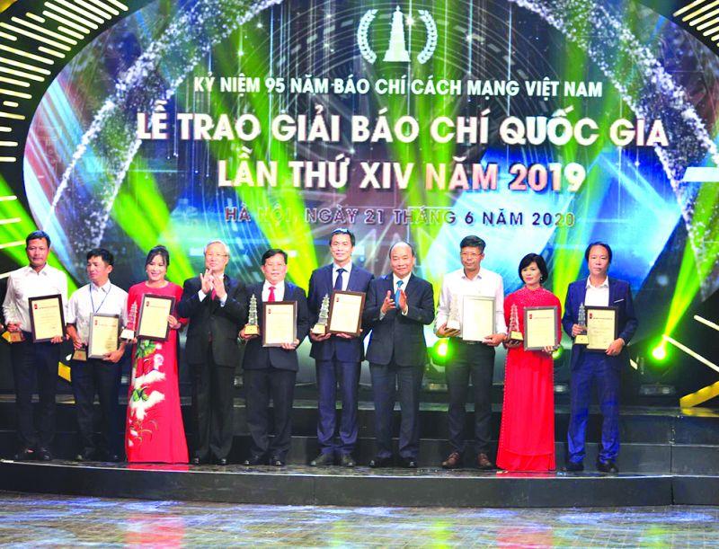Lãnh đạo Nhà nước trao giải A Giải báo chí quốc gia lần thứ XIV - năm 2019 cho các tác giả, nhóm tác giả đoạt giải