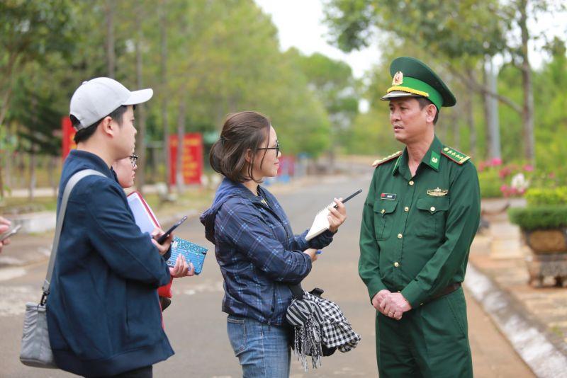 Nhà báo Thảo Hương tác nghiệp tại Đồn Biên phòng tỉnh Đắk Nông vào năm 2020