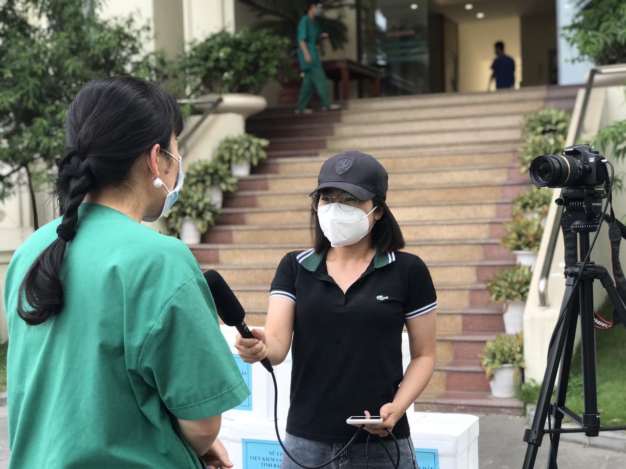 Nhà báo Ngọc Mai đang tác nghiệp