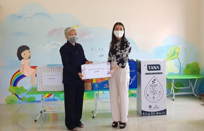 Chủ tịch Hội LHPN huyện Phú Xuyên trao tặng quà cho Trung tâm Chăm sóc và giáo dục trẻ khuyết tật Hoàng Nguyên