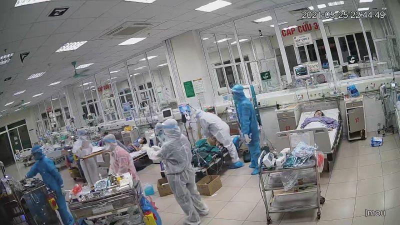 Bác sĩ bệnh viện Bệnh Nhiệt đới Trung ương thực hiện cấp cứu cho 1 ca Covid-19 nặng (Ảnh: Đặng Thanh)
