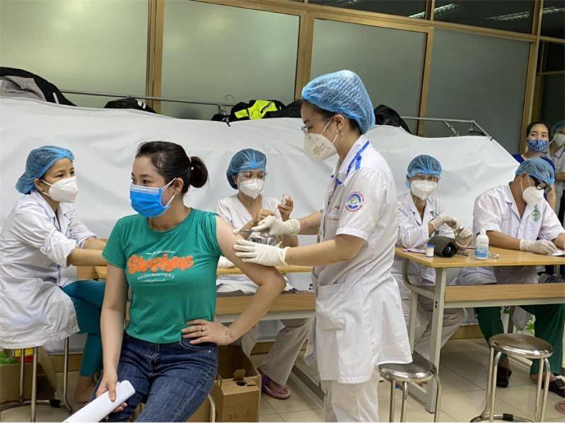Sinh viên trường Cao đẳng Y tế Bạch Mai tham gia tiêm vắc-xin ngừa Covid-19 cho người dân tại Bắc Giang (Ảnh: BYT)