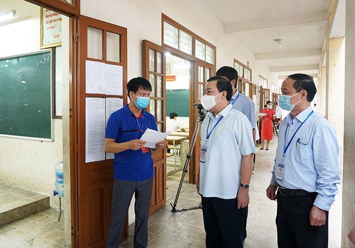 Đồng chí Chử Xuân Dũng, Phó Chủ tịch UBND thành phố, Trưởng Ban Chỉ đạo thi, tuyển sinh thành phố Hà Nội đã trực tiếp kiểm tra công tác chuẩn bị coi thi tuyển sinh lớp 10 tại điểm thi trường THCS Nguyên Khê, huyện Đông Anh