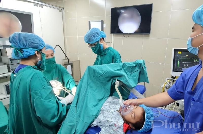 Bác sĩ bệnh viện Phụ sản Hà Nội tiến hành nội soi, khám cho bệnh nhi. (Ảnh: BVCC)