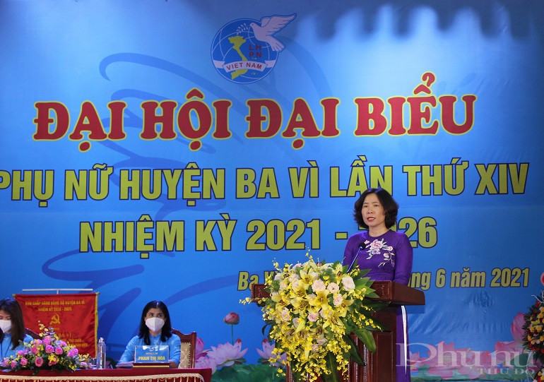 Đồng chí Lê Kim Anh - Chủ tịch Hội LHPN Hà Nội phát biểu chỉ đạo Đại hội