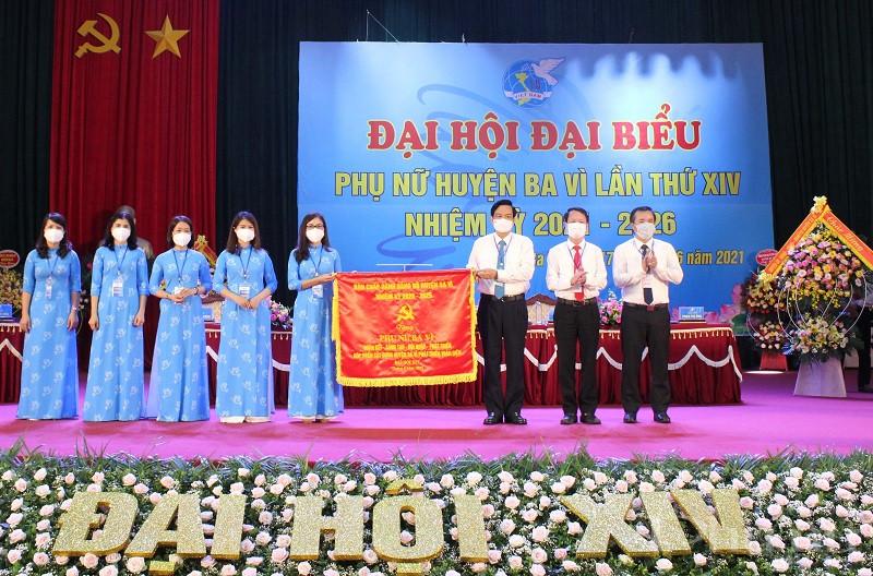 Lãnh đạo Huyện ủy Ba Vì tặng bức trướng cho Hội LHPN huyện Ba Vì