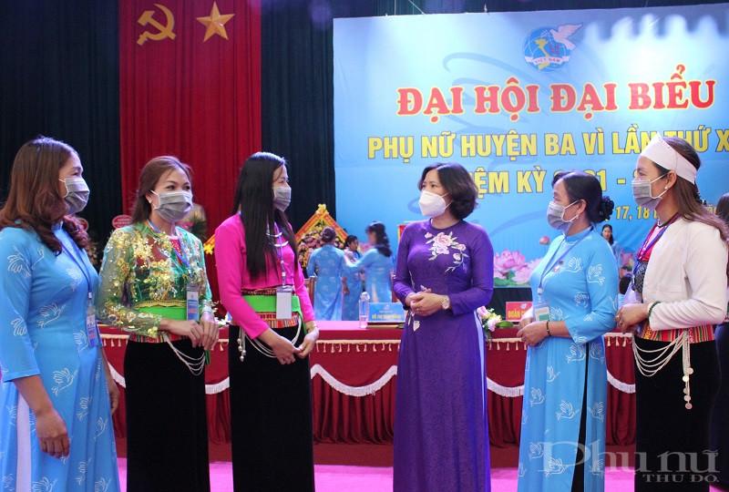 Đồng chí Lê Kim Anh - Thành ủy viên Chủ tịch Hội LHPN Hà Nội trao đổi với các đại biểu về tham dự Đại hội