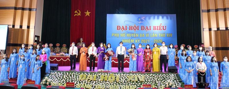 Các đồng chí lãnh đạo Hội LHPN Hà Nội, Huyện ủy Ba Vì tặng hoa chúc mừng BCH Hội LHPN huyện Ba Vì khóa 14, nhiệm kỳ 2021 - 2026