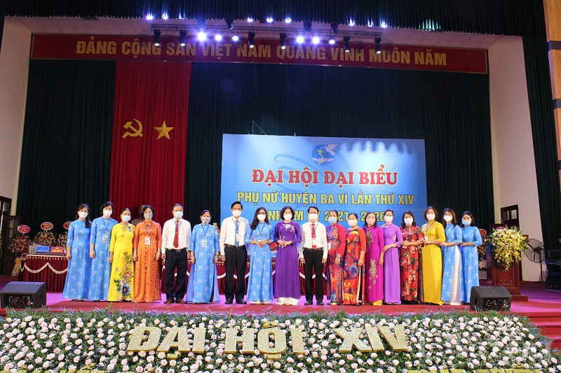 Các đại biểu lãnh đạo Hội LHPN Hà Nội, Huyện ủy Ba Vì chụp ảnh lưu niệm với các bà, chị cán bộ Hội phụ nữ qua các thời kỳ