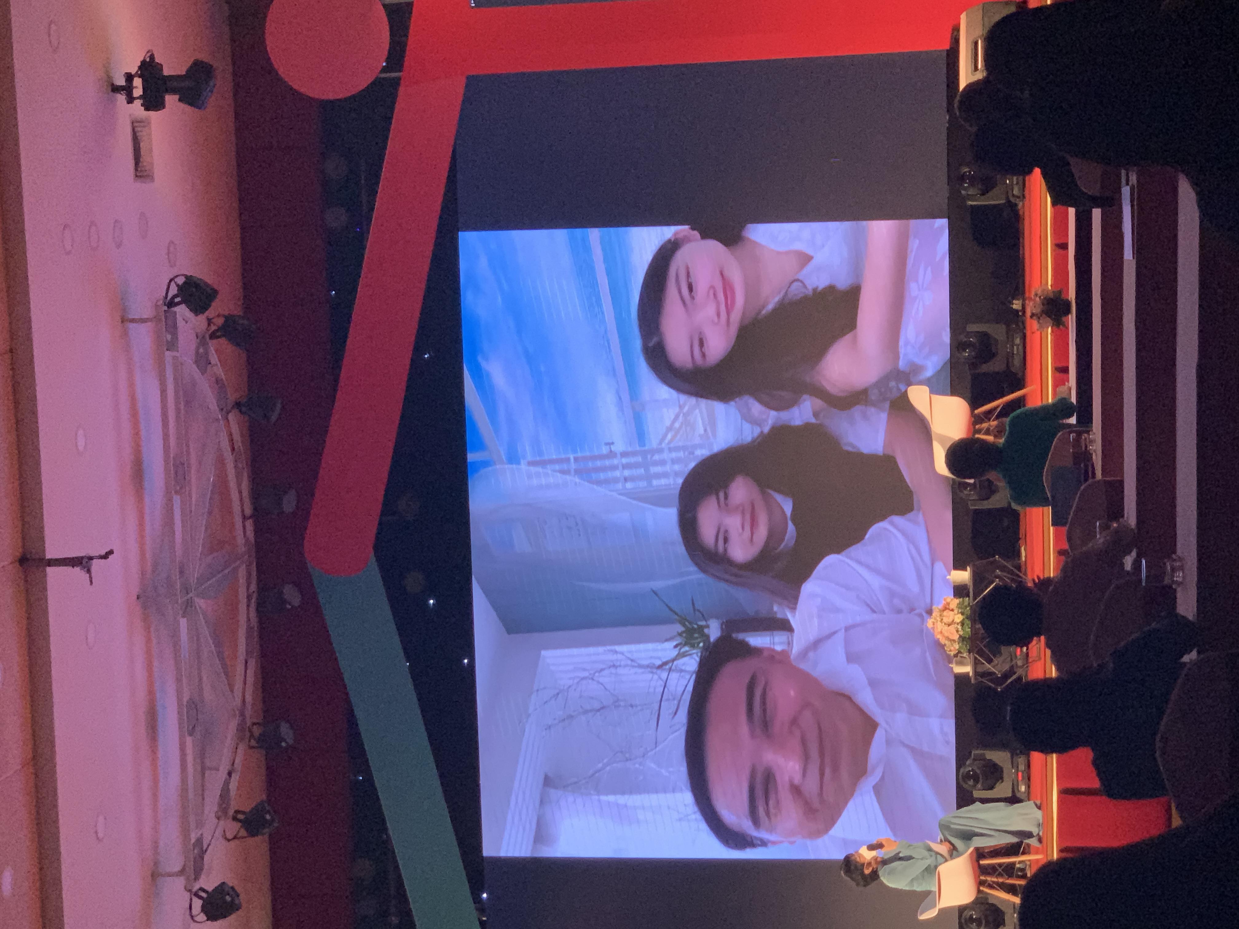 Nghệ sỹ, MC Quyền Linh cùng hai con gái tham gia ngày hội qua kênh trực tuyến tại điểm cầu TP Hồ Chí Minh. Anh cho biết, khi ở nhà, anh dành 100% thời gian của mình để cùng vợ làm việc nhà, chăm sóc các con. Bí quyết để giữ hạnh phúc gia đình của anh là