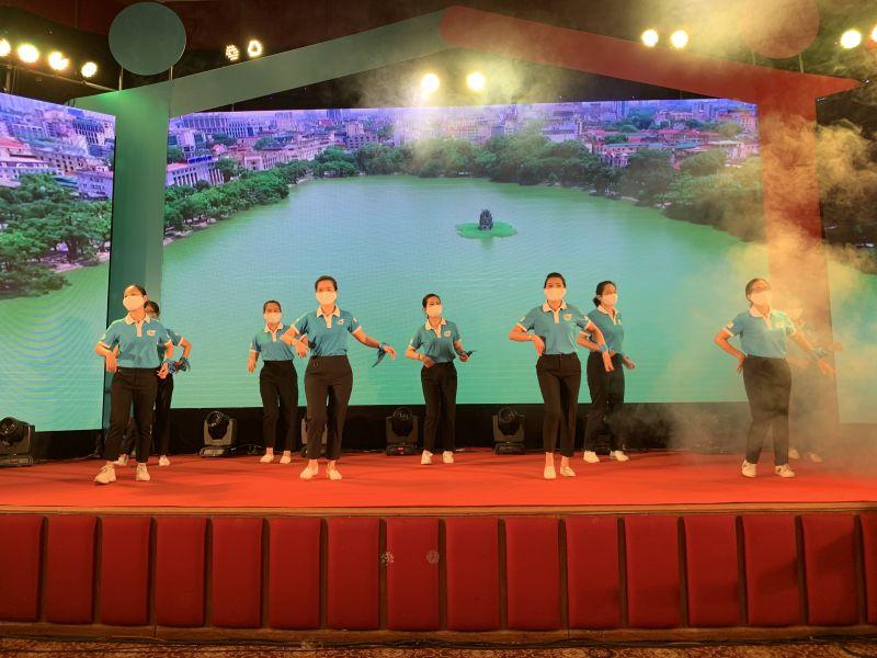 Các đại biểu tham dự chương trình cùng tham gia nhảy dân vũ hưởng ứng ngày hội gia đình Việt Nam năm 2021
