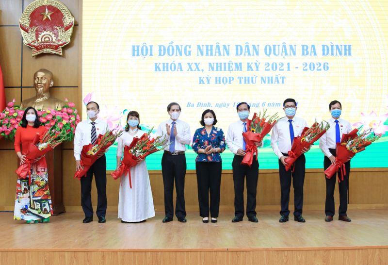 Phó Bí thư Thường trực Thành ủy Hà Nội Nguyễn Thị Tuyến tặng hoa chúc mừng các đồng chí trúng cử Chủ tịch, Phó Chủ tịch HĐND, UBND quận Ba Đình.