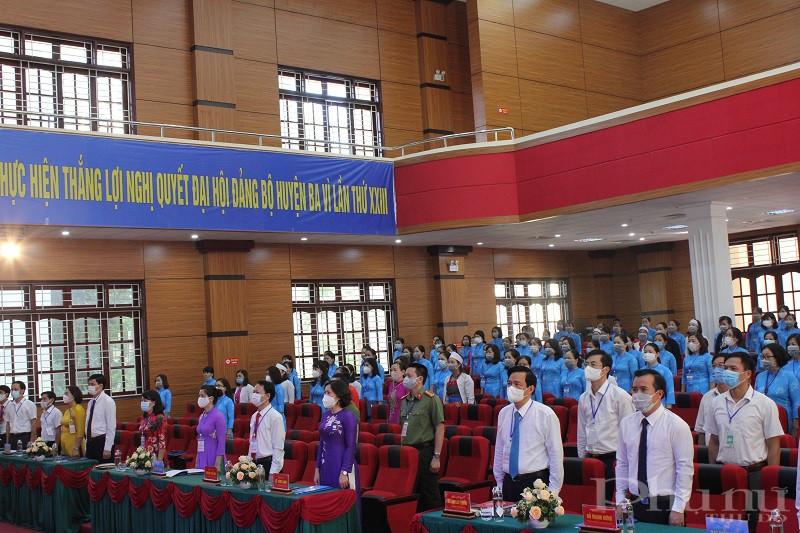 Các đại biểu thực hiện nghi lễ chào cờ