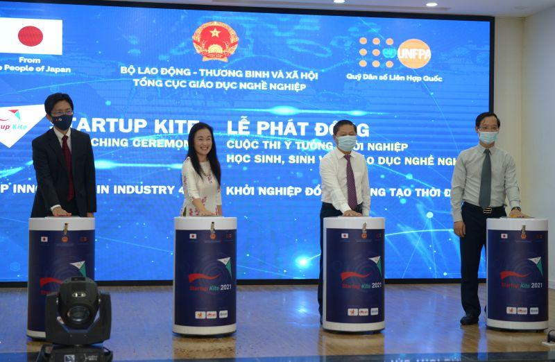 Các đại biểu Đại sứ quán Nhật Bản, Quỹ Dân số Liên Hợp Quốc tại Việt Nam và Bộ Lao động, Thương binh và Xã hội nhấn nút phát động cuộc thi