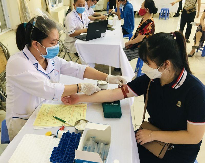 Các bác sỹ kiểm tra sức khoẻ của người đăng ký  hiến máu
