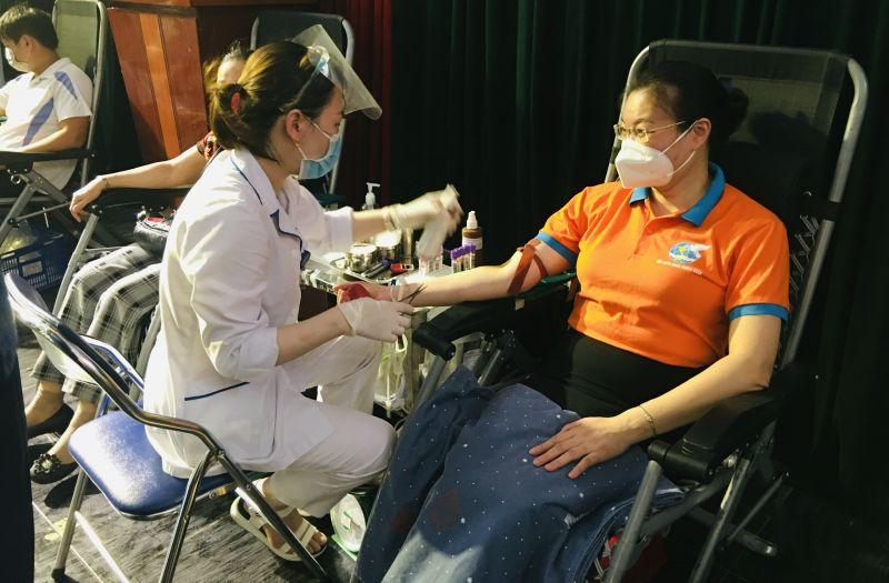 Chủ tịch Hội LHPN quận Thanh Xuân Trịnh Hồng Thuỷ tham gia hiến máu nhân đạo
