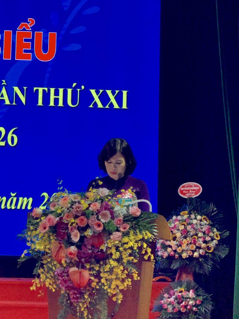 Đồng chí Phạm Nguyên Nhung, Chủ tịch Hội LHPN huyện Thanh Trì trình bày báo cáo kiểm điểm của Ban Chấp hành Hội LHPN huyện khoá XX