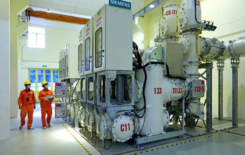 Ngành Điện Thủ đô sẵn sàng, chủ động các phương án ứng phó với mùa mưa bão năm 2021. Trong ảnh: Công nhân Tổng công ty Điện lực Hà Nội kiểm tra vận hành tại Trạm biến áp 110kV Công viên Thống Nhất.
